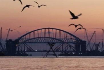 Долгожданное событие: под мостом в Крым впервые прошло судно