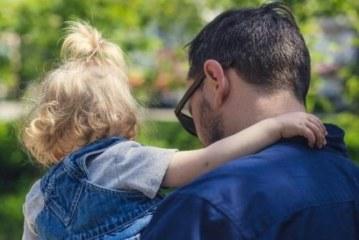 Психологи выяснили, чем занимаются отцы, пока матери работают по дому