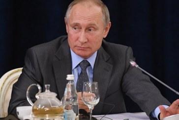Бизнесмены из ФРГ подарили Путину футболку центрфорварда немецкой сборной