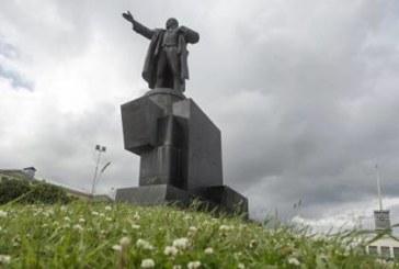 В России к юбилею революции восстановили «тысячи» памятников Ленину