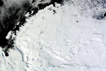 Во льдах Антарктиды появилась дыра размером с американский штат Мэн