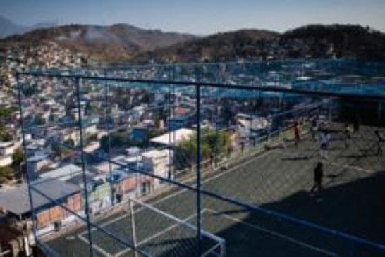 Девочки в трущобах Рио любят играть в футбол. Когда нет стрельбы