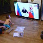 Путин поручил разработать программы по поддержке семей с детьми