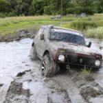 Под Ростовом два трактора и пять внедорожников вытаскивали «Ниву» из грязи и застряли сами