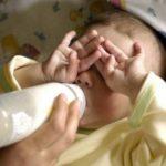 Российские врачи предлагают запретить торговлю грудным молоком с рук