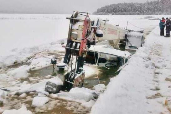 В Иркутске пытались вытащить из реки бензовоз, но утопили кран и трактор