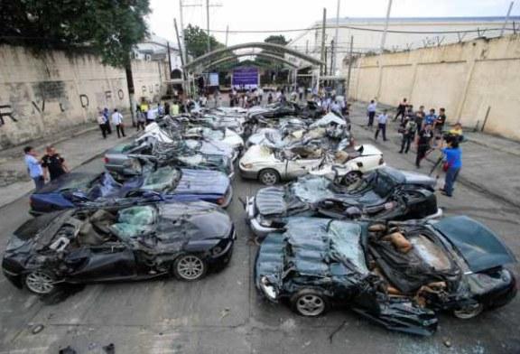 На Филиппинах дорогие машины решили давить бульдозерами