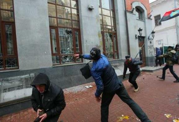 ЕС осудил нападения неонацистов на российские учреждения в Киеве