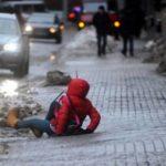 Москвичей попросили не менять зимние шины на летние