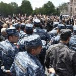 На митинг в центр Еревана пришли десятки тысяч человек