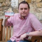 Мужчина заявляет, что прием обезболивающего сделал его гомосексуалистом