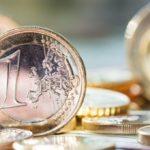 Официальный курс евро на четверг вырос на 2,43 рубля