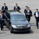 Ким Чен Ын окружил свой автомобиль живым щитом