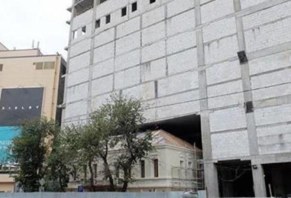 «Памятник убит»: как исторические здания застраивают торговыми центрами