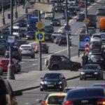 Водителей в Москве попросили не парковаться у рекламных щитов из-за ветра