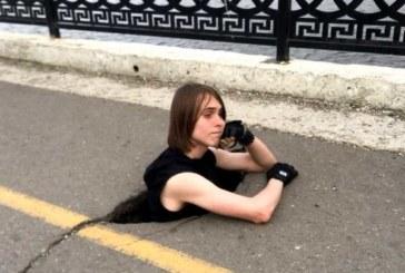 Саратовские водители придумали быстрый способ ремонта дорог — фотосессия в яме