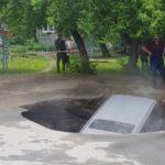 В Сибири машина провалилась под землю в кипяток
