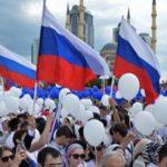 Число считающих себя патриотами россиян выросло до 92%, показал опрос