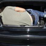 Похищенного и запертого в багажнике авто мужчину спасло чудо