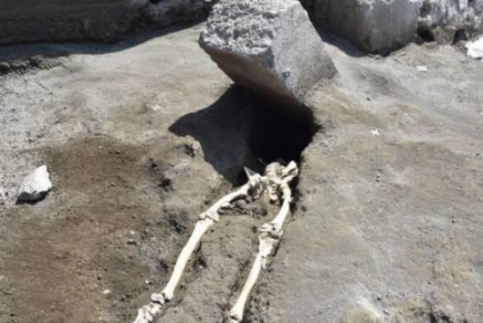Описаны последние минуты жителя Помпей, придавленного плитой