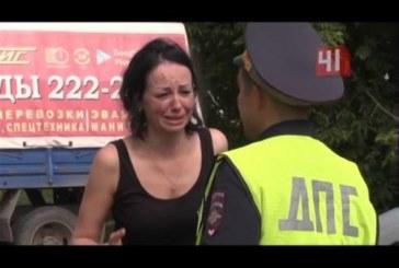 Девушка снесла машину и три дерева, а потом допила водку в патрульной машине