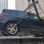 Москвич избил двух полицейских, защищая свой Porsche Cayenne от эвакуатора