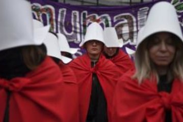 Как красный плащ из «Рассказа служанки» стал символом борьбы за права женщин