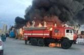 Спасатели ликвидируют крупный пожар на заводе в Ленинградской области
