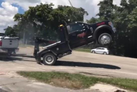 Водитель Ford F-150 пытается вырваться из цепких лап эвакуатора (видео)