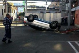 В Москве с многоэтажной парковки упал Mercedes с мигрантами (видео)