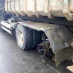 Жесть: в Москве у мусоровоза отлетело колесо и убило пассажирку такси (видео)