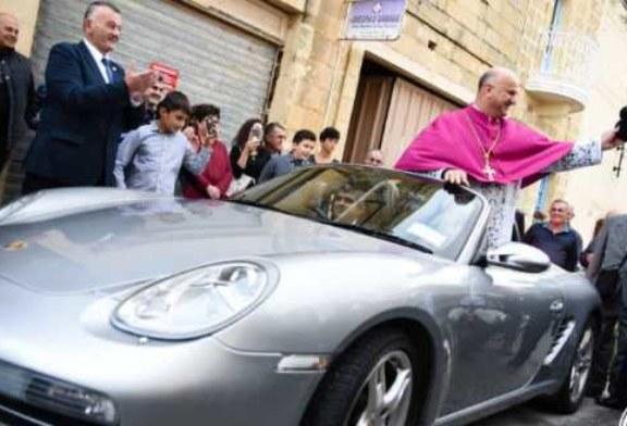 Такого вы еще не видели: священник запряг 50 детей в свой Porsche и прокатился по улицам города