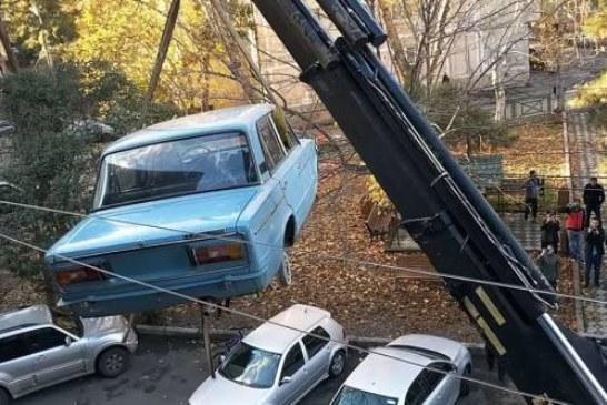 В Тбилиси с балкона «хрущевки» эвакуировали ВАЗ-2106, простоявший там 27 лет (видео)