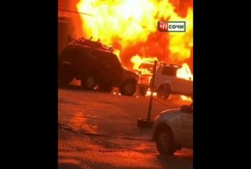 В Сочи горит авторынок: в огне целые павильоны (видео)