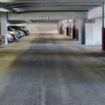 В Подмосковье женщина на Land Rover спрыгнула с третьего этажа парковки (видео)