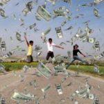 В США инкассаторы рассыпали на трассе 200 тысяч долларов (видео)