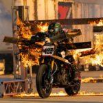 Блондинка на мотоцикле пробила головой 13 горящих стен и осталась жива (видео)