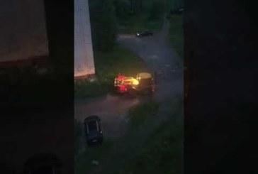 Пермский тракторист разбил ковшом автомобиль, а потом раскатал его по газону (видео)