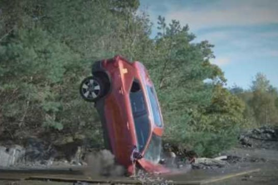 Десять новых Volvo сбросили с 30-метровой высоты, чтобы проверить спасателей (видео)