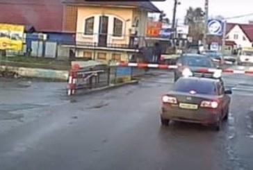 Застрявший на переезде внедорожник Mercedes пытается увернуться от поезда (видео)