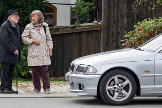 Британские ученые призвали не уступать пожилым людям место в транспорте