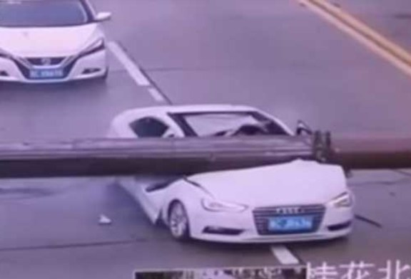 Не стой под стрелой: в Китае башенный кран расплющил машину