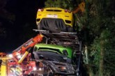Миллионное ДТП: в Англии перевернулся грузовик с суперкарами