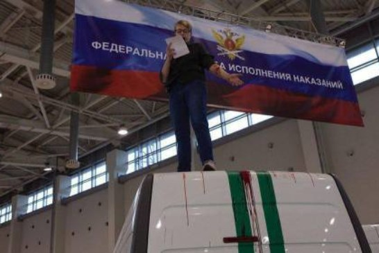 Активистка партии Лимонова пришла на выставку на ВДНХ и вскрыла вены на крыше фургона ФСИН
