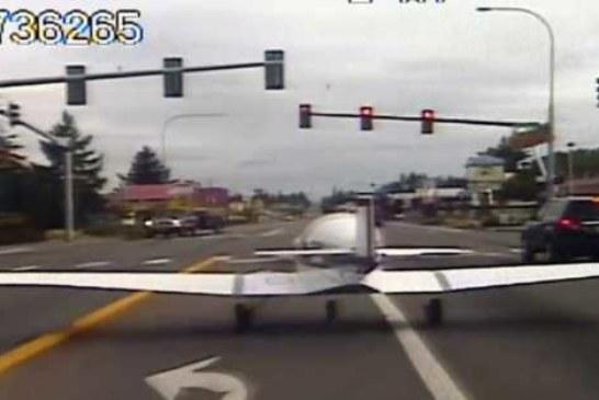 Самолет приземлился прямо на шоссе и остановился перед светофором (видео)