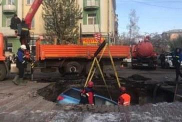 В Красноярске провалился под землю припаркованный Nissan (видео)