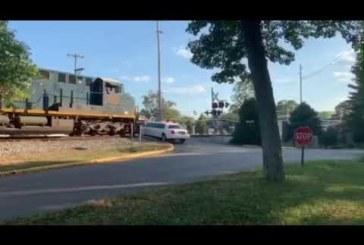 Поезд на полном ходу таранит белоснежный лимузин (видео)