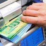 Рубль девальвируют, чтобы раздать населению больше «деревянных» денег