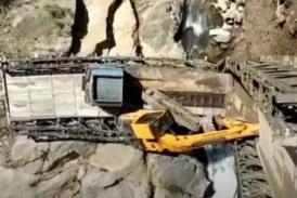 Тяжелый грузовик обрушил мост и рухнул в ущелье (видео)